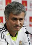 <p>Técnico do Real Madrid, José Mourinho, sorri durante coletiva de imprensa em Valência. Mourinho disse que somente ele é responsável por definir a maneira de jogar do time, e não Alfredo Di Stefano, presidente de honra do clube. 19/04/2011 REUTERS/Heino Kalis</p>