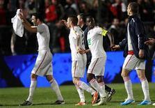 """<p>Игроки """"Лилля"""" радуются победе над """"Ниццей"""" в Ницце 19 апреля 2011 года. """"Лилль"""" сохранил во вторник надежды на завоевание двух трофеев в нынешнем сезоне, пробившись в финал Кубка Франции. REUTERS/Eric Gaillard</p>"""
