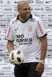 <p>Adriano, após ser contratado pelo Corinthians, em São Paulo. Ainda sem estrear pelo time, o atacante sofreu uma lesão no tendão de Aquiles durante o treino de terça-feira e passará por uma cirurgia. 31/03/2011 REUTERS/Nacho Doce</p>