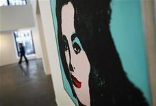 <p>Imagen de un retrato de la actriz Elizabeth Taylor hecho por Andy Warhol, expuesto en una galería de Nueva York. REUTERS/Shannon Stapleton</p>