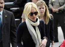 <p>Lindsay Lohan chega para audiência em tribunal em Los Angeles. A atriz e cantora Lindsay Lohan foi brevemente presa na sexta-feira após um dia cheio de sobressaltos, no qual uma juíza rebaixou sua pena por roubo de joias, mas a sentenciou a quatro meses de detenção por violar sua condicional. 22/04/2011 REUTERS/Phil McCarten</p>