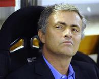 <p>Treinador do Real Madrid Jose Mourinho esperando pelo início da partida final da Copa do Rei contra o Barcelona, em Valencia. Mourinho está mais relaxado depois que o Real Madrid conquistou o primeiro troféu da sua gestão com a vitória na Copa do Rei contra os arquirrivais do Barcelona. 20/04/2011 REUTERS/Felix Ordonez</p>