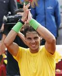 <p>Rafael Nadal, da Espanha, comemora sua vitória contra o compatriota David Ferrer, no Aberto de Barcelona, no domingo. Foi o sexto título conquistado por Nadal neste campeonato, abrindo mais de 3.000 pontos adiante do número dois do ranking dos dez melhores tenistas do mundo da ATP, Novak Djokovic. 24/04/2011 REUTERS/Gustau Nacarino</p>
