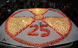 <p>Свечи, выложенные в Вене в знак памяти о трагедии на Чернобыльской АЭС, 25 апреля 2011 года. Катастрофа на Чернобыльской атомной электростанции - самая значительная в истории человечества техногенная авария - произошла 25 лет назад, в ночь на 26 апреля 1986 года. REUTERS/Heinz-Peter Bader</p>