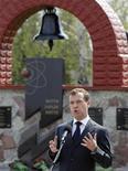 <p>Президент России Дмитрий Медведев выступает на мероприятии, посвященном годовщине аварии на Чернобыльской АЭС 26 апреля 2011 года. Кремль предложил лидерам крупнейших государств доработать стандарты безопасного развития ядерной энергетики, сообщил в ходе визита на Чернобыльскую АЭС президент России Дмитрий Медведев. REUTERS/Gleb Garanich</p>
