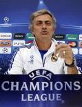 """<p>Técnico do Real Madrid, José Mourinho, em coletiva de imprensa após treinamento do time. Mourinho afirmou não ter uma """"poção mágica"""" para ganhar do Barcelona na quarta-feira pela primeira partida da semifinal da Liga dos Campeões. 26/04/2011 REUTERS/Sergio Perez</p>"""