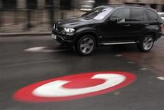 <p>A large vehicle drives past a symbol for the Congestion Charge in London November 14, 2006. REUTERS/Luke MacGregor</p>