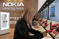<p>Nokia, premier fabricant mondial de téléphones mobiles en volumes, va supprimer 4.000 postes et en sous-traiter 3.000 autres à l'américain Accenture, qui va prendre en charge les activités liées au système d'exploitation Symbian, dans le cadre d'un plan de réduction de ses dépenses d'un milliard d'euros. /Photo d'archives/REUTERS/Markku Ulander/Lehtikuva</p>
