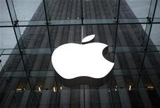 <p>Foto de archivo del logo de la firma Apple en su tienda insigne de Nueva York, ene 18 2011. Apple negó que esté rastreando los movimientos de los clientes de su iPhone, pero dijo que entregará una actualización informática que almacene menos datos sobre el emplazamiento de los móviles, en respuesta a la molestia pública relacionada con temas de privacidad. REUTERS/Mike Segar</p>