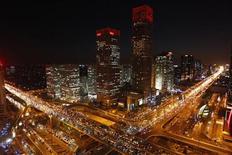 <p>Вид на центр Пекина 23 декабря 2010 года. Китайцы неуклонно перетекают в города, где сейчас проживает половина 1,34-миллиардного населения, свидетельствует перепись, указавшая также на замедление роста численности и увеличение числа пожилых. Это может заставить власти смягчить политику ограничения рождаемости. REUTERS/Jason Lee</p>