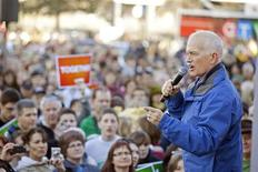 <p>Canada's New Democratic Party (NDP) leader Jack Layton talks to a crowd of supporters during a barbecue and rally in Saskatoon April 28, 2011. REUTERS/David Stobbe</p>
