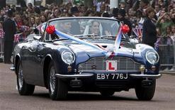 <p>Príncipe William e a mulher Kate Middleton deixam o Palácio de Buckingham em um Aston Martin DB6 Mark 2, após recepção aos convidados do casamento real. 29/04/2011 REUTERS/Yui Mok/Pool</p>