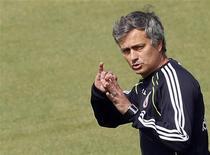 <p>Técnico do Real Madrid, José Mourinho, durante sessão de treino de seu clube em Madrid. Mourinho está mais determinado do que nunca a continuar como técnico do Real apesar da derrota por 2 x 0 contra o Barcelona e o processo disciplinar que vai enfrentar por conta dos comentários depois da partida, disse o português nesta sexta-feira. 29/04/2011 REUTERS/Sergio Perez</p>