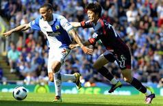 <p>Lee Chung-Yong (direita), do Bolton Wanderers, desafia Jermaine Jones (esquerda), do Blackburn Rovers, durante partida do campeonato inglês de futebol. 30/04/2011 REUTERS/Nigel Roddis</p>