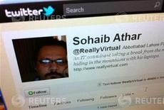 """<p>Uma tela de computador em Cingapura mostra a página do twitter de Sohain Athar, que escreveu que uma forte explosão havia sacudido as janelas de sua casa, na cidade paquistanesa de Abbottabad, e afirmou que esperava que o estrondo não fosse """"o começo de algo degradável"""". Pouca horas mais tarde, ele publicou outro tweet: """"Uh oh, agora sou o cara que transmitiu ao vivo o ataque contra Osama, sem saber disso."""" 02/05/2011 REUTERS/David Loh</p>"""