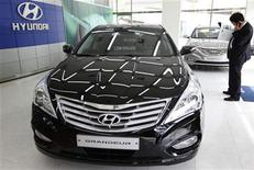 <p>Un hombre mira sobre un catálogo un Hyundai en un concesionario de Seul REUTERS/Lee Jae-Won</p>