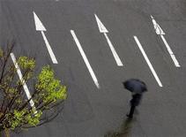 <p>A man walks across an avenue during a rainy day in Iran's Capital, Tehran March 27, 2007. REUTERS/Morteza Nikoubazl</p>