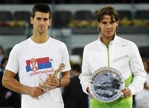 <p>O sérvio Novak Djokovicof e o espanhol Rafael Nadal posam com troféus do primeiro e segundo lugar do Masters de Madri, na Espanha. 08/05/2011 REUTERS/Juan Medina</p>