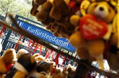 <p>Teddy bears are pictured in a souvenir shop at the Kurfuerstendamm boulevard in Berlin May 4, 2011.REUTERS/Fabrizio Bensch</p>