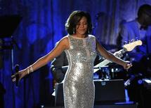 <p>Foto de archivo de la cantante Whitney Houston durante un evento realizado en Beverly Hills, EEUU, feb 12 2011. Houston está una vez más bajo tratamiento para combatir su adicción a las drogas y el alcohol, dijo el lunes su portavoz. REUTERS/Phil McCarten</p>