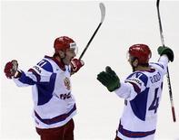 <p>Российские хоккеисты Илья Ковальчук и Александр Радулов празднуют победу в матче против сборной Канады, 12 мая 2011 года. Две шайбы в третьем периоде позволили сборной России обыграть действующих чемпионов Олимпийских игр канадцев 2-1 и выйти в полуфинал хоккейного чемпионата мира. REUTERS/David W Cerny</p>
