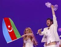 """<p>Azerbaiyán ganó el sábado el Festival de la Canción de Eurovisión con la balada romántica """"Running Scared"""", que fue visto por una audiencia de más de 100 millones de personas. En la foto los representantes del país Ell y Nikki celebran tras ganar el concurso en Dusseldorf, el 14 de mayo del 2011. REUTERS/Wolfgang Rattay (ALEMANIA)</p>"""
