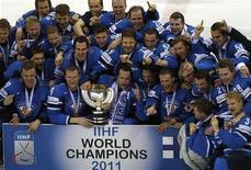 <p>Сборная Финляндии празднует победу в чемпионате мира по хоккею в Словакии, 15 мая 2011 года. Финляндия обыграла в воскресенье Швецию со счетом 6-1 и выиграла золотые медали на чемпионате мира по хоккею в Словакии. REUTERS/Grigory Dukor</p>