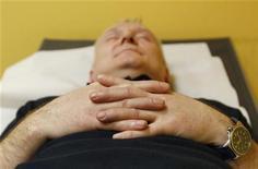<p>Сотрудник BMW во время отдыха в специальной комнате, 16 февраля 2011 года. Недосыпание - это не только испорченный день, но и нарушение обмена веществ в человеческом организме, что может привести к набору лишнего веса, показало исследование. REUTERS/Michaela Rehle</p>