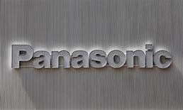 <p>Логотип Panasonic на здании магазина в Токио, 28 апреля 2011 года. Panasonic Corp планирует начать продажи чипов памяти нового поколения - резистивной памяти произвольного доступа, или ReRAM, - к 2012 году, сообщил японский ежедневник Nikkei, ссылаясь на данные компании. REUTERS/Kim Kyung-Hoon</p>
