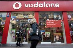 <p>Vodafone, premier opérateur de téléphonie mobile mondial en termes de chiffre d'affaires, annonce des prévisions 2011-2012 plutôt optimistes après avoir fait état d'un solide exercice 2010-2011 grâce au passage aux smartphones de nombre de ses clients. /Photo d'archives/REUTERS/Kevin Coombs</p>