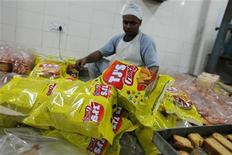 """<p>Заключенный упаковывает хлебобулочные изделия в пекарне тюремного комплекса """"Тихар"""" в Дели 11 мая 2011 года. Вернуться к обычной жизни заключенным крупнейшей в Южной Азии тюрьмы помогает расположенная на ее территории компания по производству чипсов и печенья и пошиву рубашек. REUTERS/Adnan Abidi</p>"""