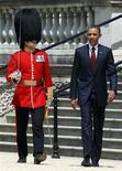 <p>Президент США Барак Обама возле Букингемского дворца в Лондоне 24 мая 2011 года. Президент США Барак Обама во вторник обсудит в Лондоне с премьер-министром Дэвидом Кэмероном действия НАТО в Ливии и политику западных партнеров в отношении народных восстаний в странах арабского мира. REUTERS/Adrian Dennis/Pool</p>