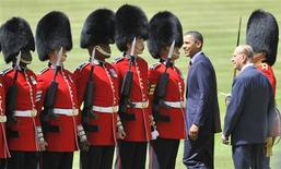<p>President Barack Obama and Britain's Prince Philip (R) review the 1st Battalion Scots Guards at Buckingham Palace in London May 24, 2011. REUTERS/Toby Melville</p>