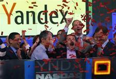 <p>Le PDG et fondateur de Yandex, Arkady Voloj (au centre), célèbre l'entrée en Bourse du moteur de recherche russe, mardi à Wall Street. Le groupe, qui vient de lever 1,3 milliard de dollars avec cette arrivée sur les marchés, envisage de profiter de cette manne pour se développer au-delà de la Russie. /Photo prise le 24 mai 2011/REUTERS/Mike Segar</p>