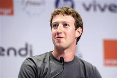 <p>Mark Zuckerberg, le fondateur de Facebook, a assuré que son groupe n'a pas l'intention dans l'immédiat de s'ouvrir aux enfants de moins de 13 ans, démentant ainsi des informations rapportées par certains médias. /Photo prise le 25 mai 2011/REUTERS/Gonzalo Fuentes</p>