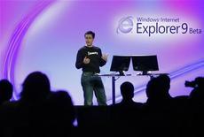 """<p>Microsoft présente Internet Explorer 9 à San Francisco, en Californie. Selon un chercheur en sécurité informatique, le navigateur du géant du logiciel dispose d'une faille, baptisée """"cookiejacking"""" qui pourrait permettre à des pirates de dérober les identifiants pour accéder à Facebook, Twitter et d'autres sites web. /Photo prise le 15 septembre 2010/REUTERS/Robert Galbraith</p>"""