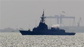 <p>Испанское военное судно в порту на юге страны, 22 марта 2011 года. Испания, одна из стран-участниц НАТО, вовлеченных в операцию в Ливии, сообщила в четверг, о получении от ливийского премьер-министра Аль-Багдади аль-Махмуди предложения о немедленном прекращении огня. REUTERS/Javier Diaz</p>