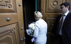 <p>Юлия Тимошенко заходит в офис к прокурору Украины в Киеве, 25 мая 2011 года. Европейский Союз в четверг выразил обеспокоенность возможной политической подоплекой уголовного преследования ключевого оппонента президента Виктора Януковича, лидера украинской оппозиции Юлии Тимошенко. REUTERS/Konstantin Chernichkin</p>