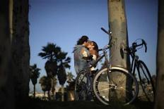 <p>A couple kisses on Venice Beach in Los Angeles, California, August 11, 2010. REUTERS/Lucy Nicholson</p>