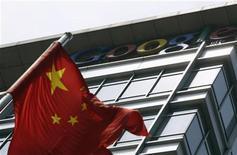<p>Китайский флаг перед бывшим офисом Google China в Пекине 2 июня 2011 года. Интернет-гигант Google полагает, что хакеры из Китая украли доступ к сотням почтовых ящиков пользователей Gmail, в том числе высокопоставленных чиновников США и ряда азиатских стран, китайских демократических активистов и журналистов. REUTERS/Jason Lee</p>