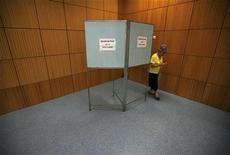 <p>Женщина голосует на выборах в Лиссабоне 5 июня 2011 года. Правоцентристская партия социал- демократов в воскресенье одержала уверенную победу над правящей партией социалистов на досрочных всеобщих выборах в переживающей экономический кризис Португалии. REUTERS/Rafael Marchante</p>