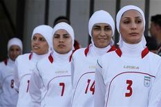 <p>Женская сборная Ирана по футболу перед матчем в Аммане, 3 июня 2011 года. Женская сборная Ирана по футболу может лишиться возможности участвовать в Олимпийских играх в Лондоне в 2012 году из-за несоответствия исламского дресс-кода правилам ФИФА, сообщил представитель иранской федерации футбола. REUTERS/Ali Jarekji</p>