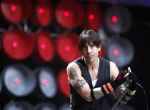 <p>Фронтмен The Red Hot Chili Peppers Энтони Кидис выспуает в Лондоне, 7 июля 2007 года. The Red Hot Chili Peppers готовится 30 августа выпустить свой первый после пятилетнего перерыва альбом, сообщила рок-группа. REUTERS/Stephen Hird</p>