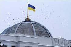 <p>Национальй флаг Украины на здании Верховной рады в Киеве, 18 февраля 2010 года. Правительство Украины предложило парламенту провести очередную паспортную реформу, приблизив украинское законодательство к требованиям Европейского союза, говорится в проекте закона, размещенного на сайте Верховной Рады www.rada.gov.ua. REUTERS/Konstantin Chernichkin</p>