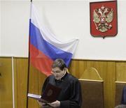 <p>Судья Виктор Данилкин оглашает приговор по второму делу Михаила Ходорковского в Москве 27 декабря 2010 года. Бывшая сотрудница Хамовнического суда Москвы опубликовала документ, который, по ее словам, является черновиком финальной части приговора Михаилу Ходорковскому. Там говорится, что бывший глава Юкоса должен отсидеть 10 лет, а не 14, на которые он был осужден по итогам второго процесса. REUTERS/Tatyana Makeyeva</p>