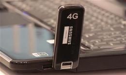 <p>L'Arcep, le régulateur français des télécoms, a annoncé mercredi l'ouverture officielle des enchères pour les licences de téléphonie mobile de quatrième génération (4G), dont l'Etat avait déjà fait savoir qu'il attendait un prix minimal de 2,5 milliards d'euros. Quatre opérateurs disposent actuellement d'une licence mobile 3G - France Télécom, SFR, Bouygues Telecom et depuis peu Iliad - et sont tous potentiellement candidats pour la nouvelle génération de fréquences. /Photo prise le 28 février 2011/ REUTERS/Tobias Schwarz</p>