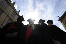 <p>A group of graduates gather outside the Sheldonian Theatre to have their photograph taken after a graduation ceremony at Oxford University, Oxford, England, May 28, 2011. REUTERS/Paul Hackett</p>