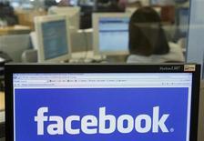 <p>Foto de archivo del logo del sitio Facebook visto desde un ordenador en Bruselas, abr 21 2010. Una jurado que contactó con una acusada mediante la red social Facebook causando la anulación de un juicio multimillonario fue condenada el jueves a ocho meses de cárcel en Gran Bretaña. REUTERS/Thierry Roge</p>