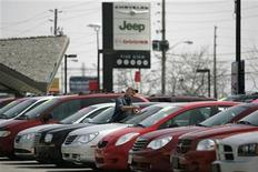 <p>A worker paints price tags in the used car lot at a Chrysler car dealership in Toronto, April 30, 2009. REUTERS/Peter Jones</p>