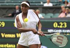 <p>Venus Williams hits a return to Tsvetana Pironkova of Bulgaria at the Wimbledon tennis championships in London June 27, 2011. REUTERS/Suzanne Plunkett</p>